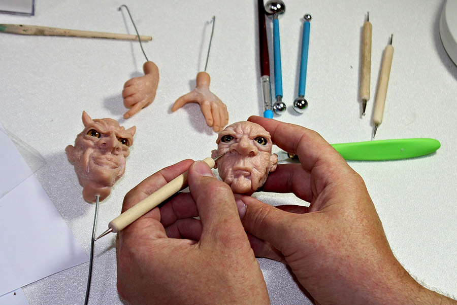 Köpfe, Hände und Füße oder auch ganze Körper werden modelliert