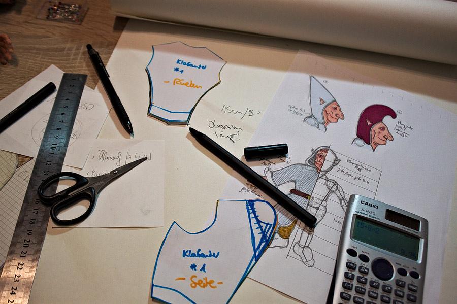 Die Kleidung wird entworfen und ein Schnittmuster hergestellt.